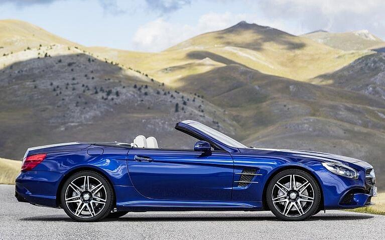 Seitenansicht des Mercedes-Benz SL in blau mit geöffnetem Verdeck