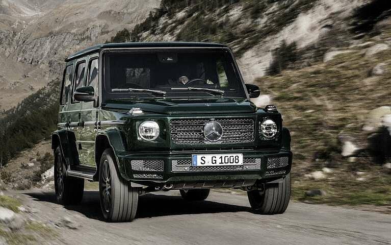 Frontansicht der Mercedes-Benz G-Klasse bei der Fahrt durch ein Flussbett