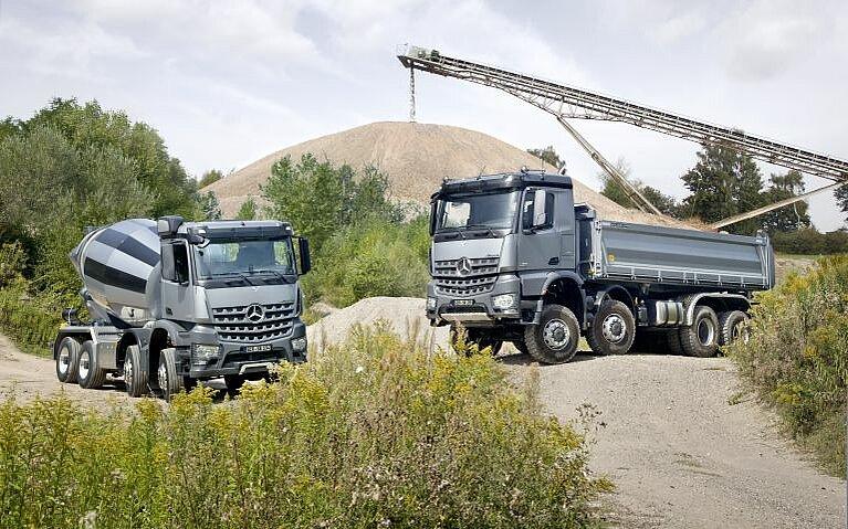 Mercedes-Benz Arocs Kipper und Betonmischer schräg von vorne
