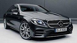 Die Mercedes-AMG E 53 Limousine in schwarz