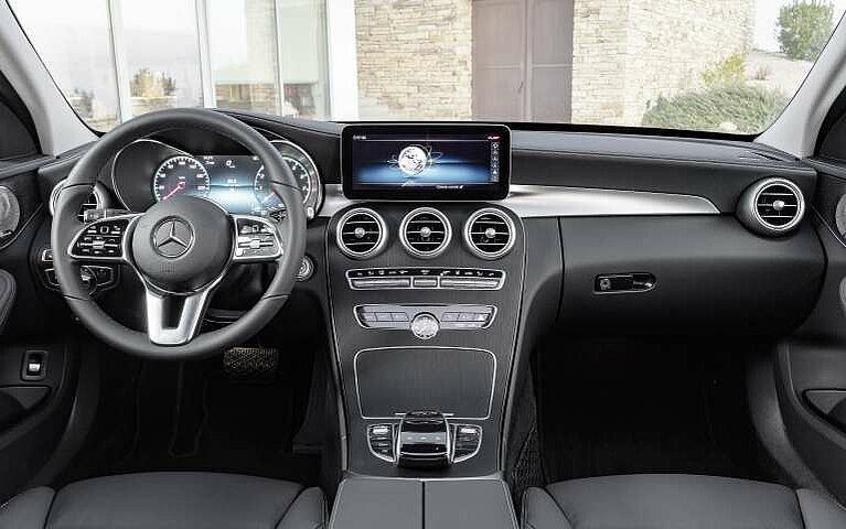 Das Interieur des Mercedes-Benz C-Klasse T-Modells mit Lenkrad und Displays