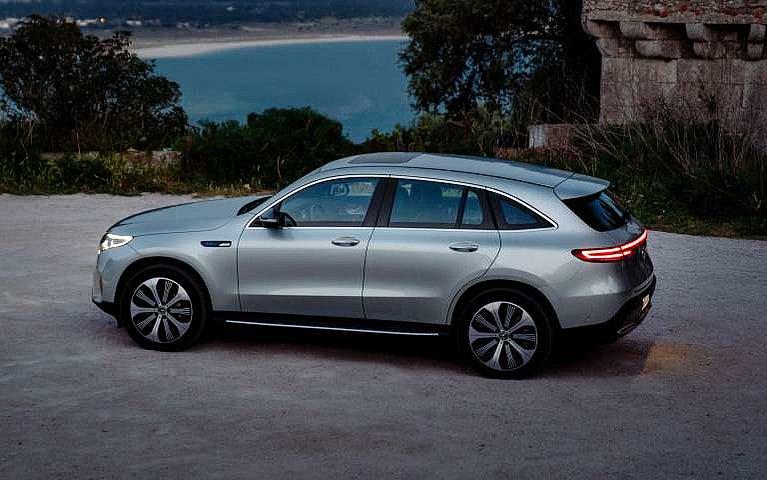 Der neue Mercedes-Benz EQC in der Seitenansicht bei Nacht