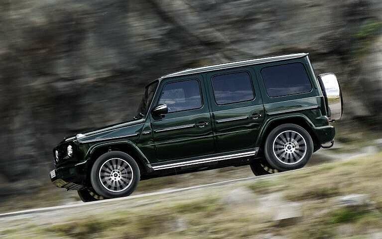 Seitliche Ansicht der Mercedes-Benz G-Klasse auf einer Bergstraße