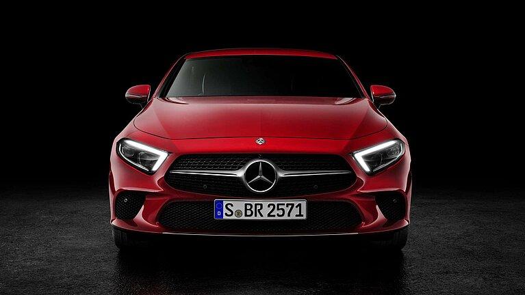 Das Mercedes-Benz CLS Coupé in rot von vorne fotografiert