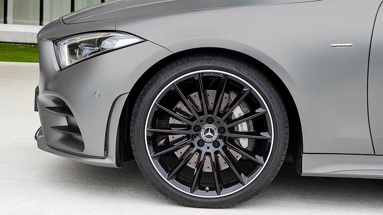 Detail des linken Vorderrads und Frontscheinwerfers des Mercedes-Benz CLS Coupé Edition 1