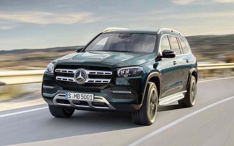 Der Mercedes-Benz GLS in smaragdgrün in voller Fahrt
