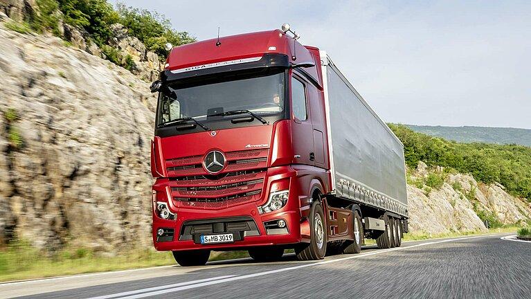 Der Mercedes-Benz Actros in voller Fahrt auf der Straße