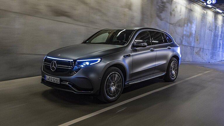 Blick auf die Front des Mercedes-Benz EQC bei Dunkelheit