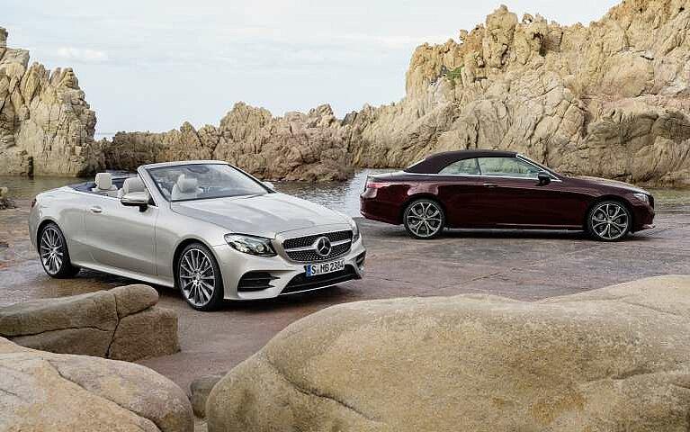 Range von zwei Mercedes-Benz E-Klasse Cabriolets