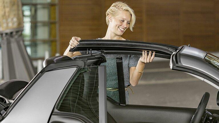 Demontage der seitlichen Dachholme des smart fortwo cabrio