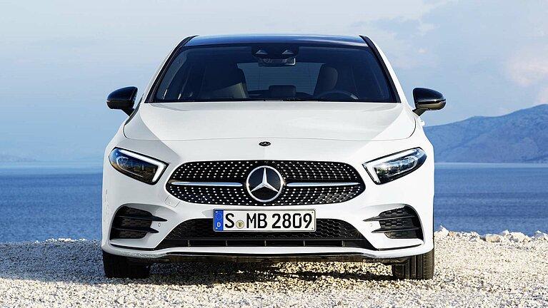 Die Mercedes-Benz A-Klasse in weiß von vorne