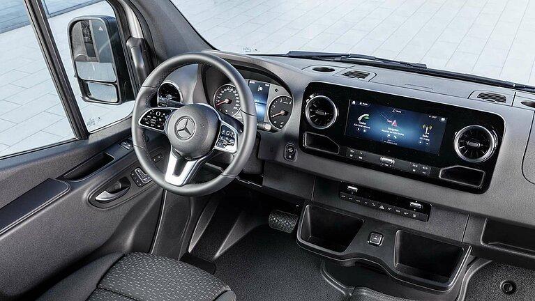 Das Cockpit im Interieur des Mercedes-Benz Sprinter
