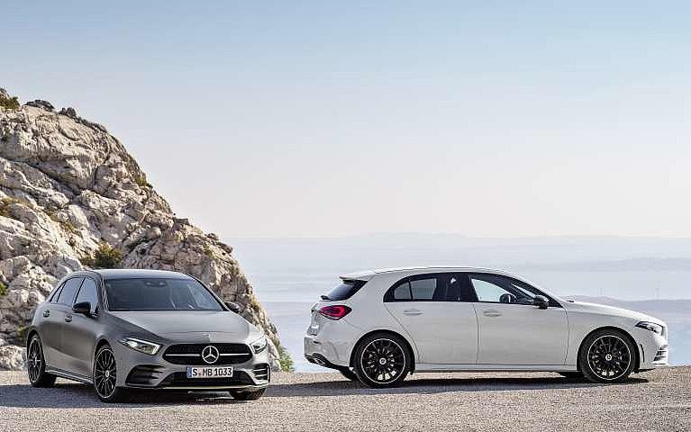Die Mercedes-Benz A-Klasse einmal in weiß von schräg vorne und einmal als Edition 1 in der Seitansicht