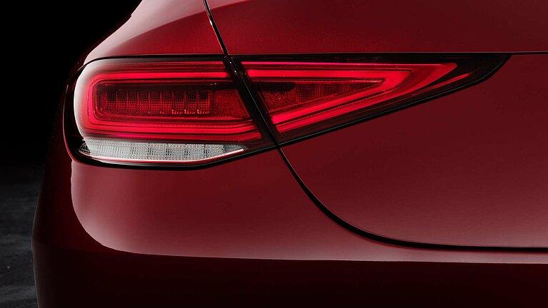 Detailansicht der Heckleuchte des Mercedes-Benz CLS Coupé in rot