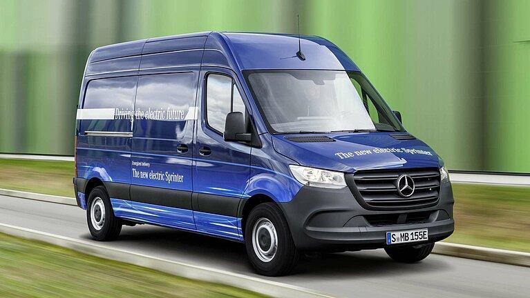Der Mercedes-Benz eSprinter in blau von schräg vorne