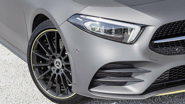 Scheinwerfer und Vorderrad der Mercedes-Benz A-Klasse Edition 1 im Detail