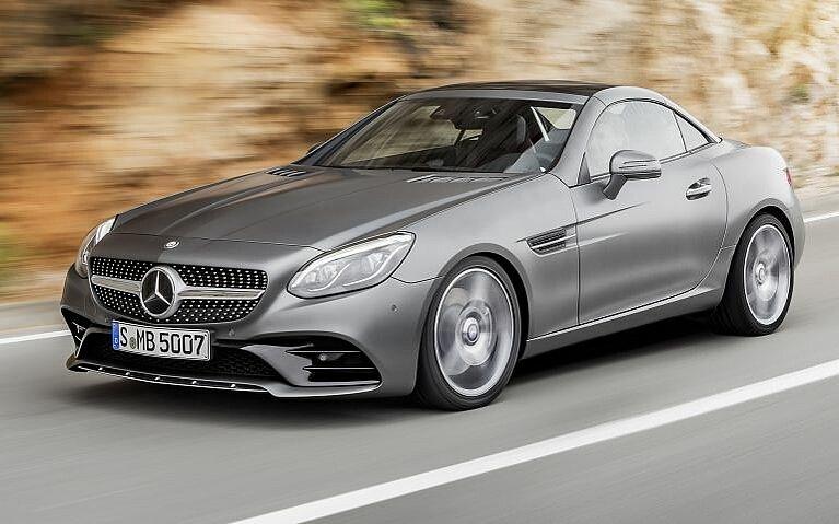 Fahrszene des Mercedes-Benz SLC von schräg vorne