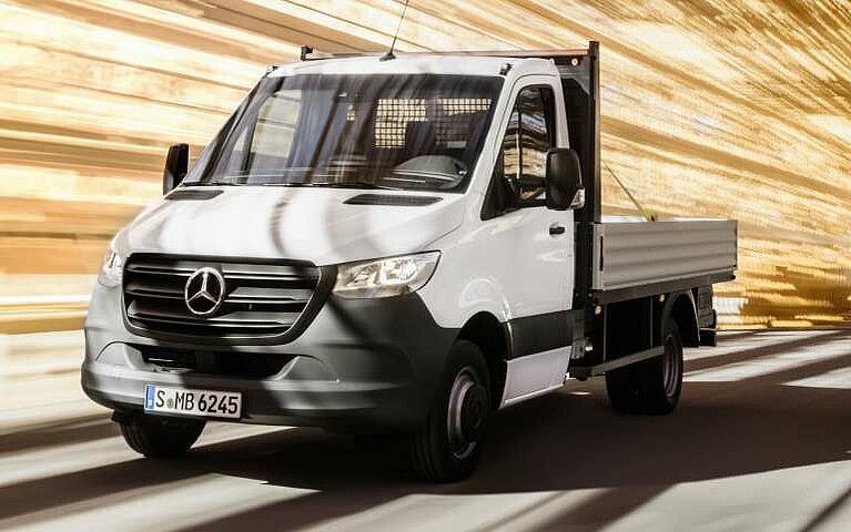 Der Mercedes-Benz Sprinter mit offener Ladefläche in voller Fahrt
