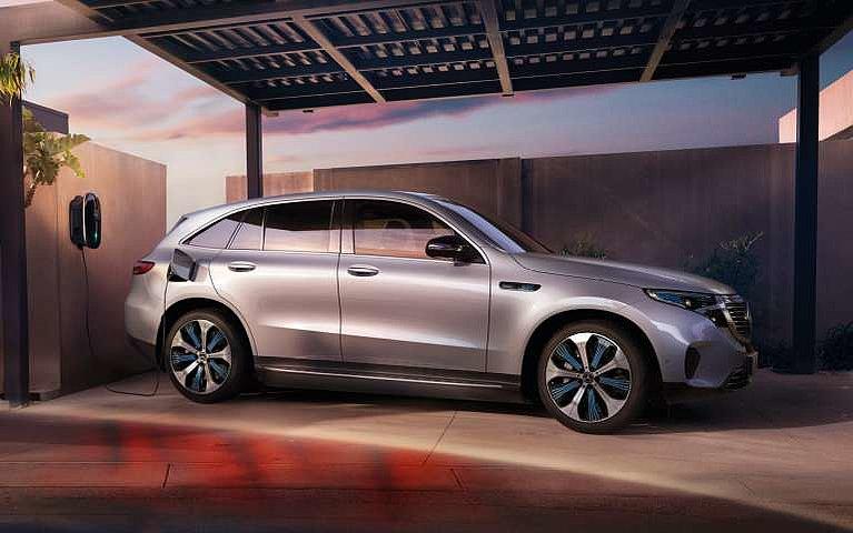 Seitenansicht des neuen Mercedes-Benz EQC beim Aufladen an einer Wallbox