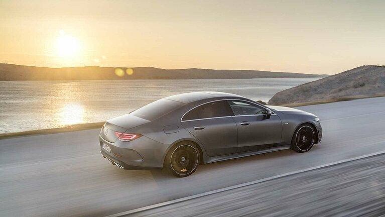 Das Mercedes-Benz CLS Coupé in voller Fahrt von schräg hinten