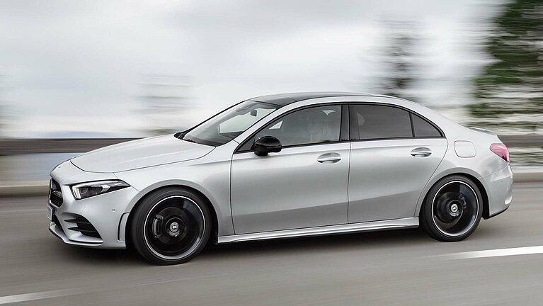 Die Mercedes-Benz A-Klasse Limousine in voller Fahrt von der Seite