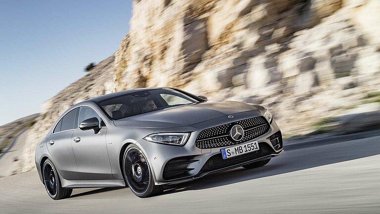 Das Mercedes-Benz CLS Coupé in voller Fahrt von schräg vorne