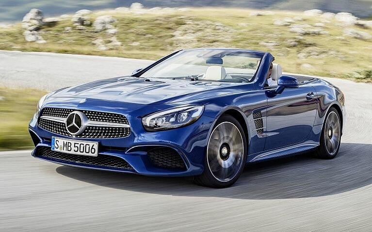Fahrszene des Mercedes-Benz SL in blau von vorne