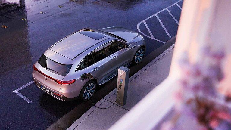 Blick auf den neuen Mercedes-Benz EQC an einer Ladestation