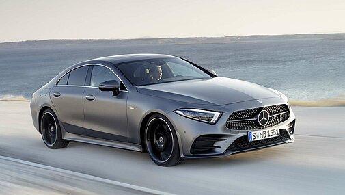 Das Mercedes-Benz CLS Coupé in voller Fahrt am Meer von schräg vorne