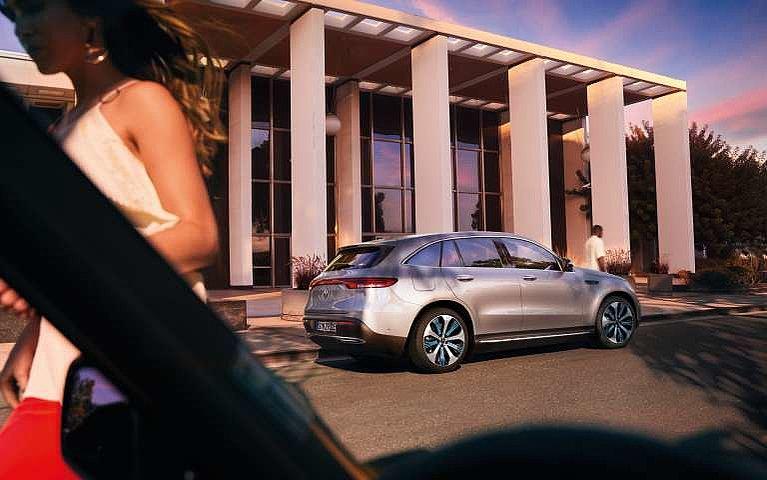 Blick auf den neuen Mercedes-Benz EQC schräg von hinten