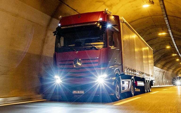 Der Mercedes-Benz Actros in einem Tunnel