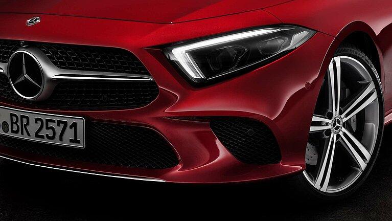 Detail der Front des Mercedes-Benz CLS Coupé in rot von schräg vorne