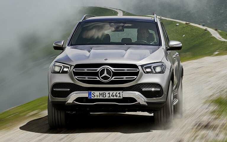 Der Mercedes-Benz GLE an einem Berghang