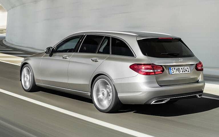 Das Heck des Mercedes-Benz C-Klasse T-Modells von schräg hinten