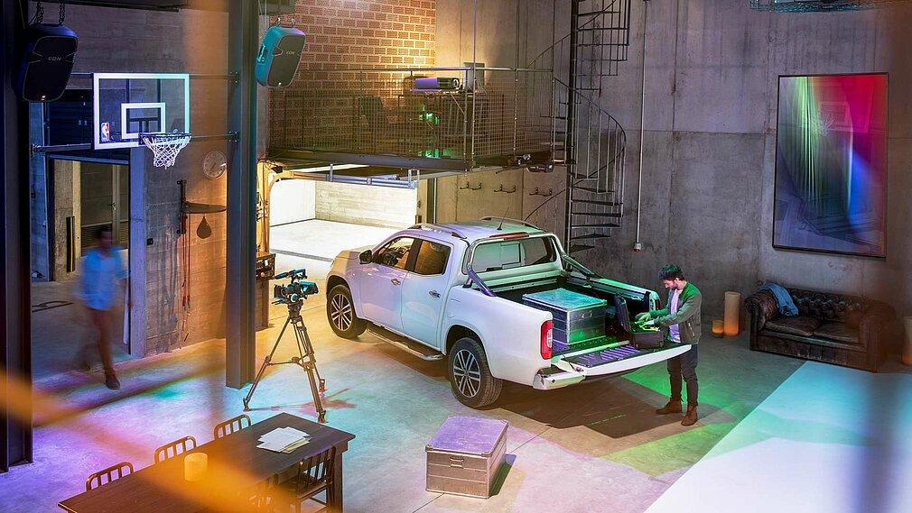 Der Mercedes-Benz X-Klasse der Ausstattungslinie POWER in der Heckansicht in einem Atelier