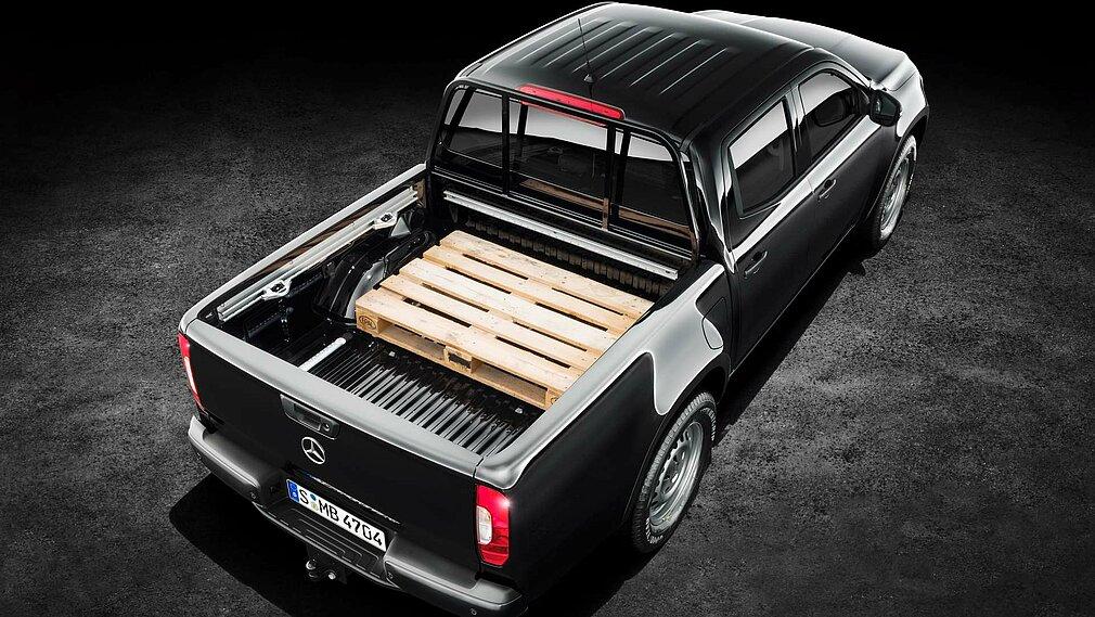 Der Mercedes-Benz X-Klasse der Ausstattungslinie PURE in der Heckansicht