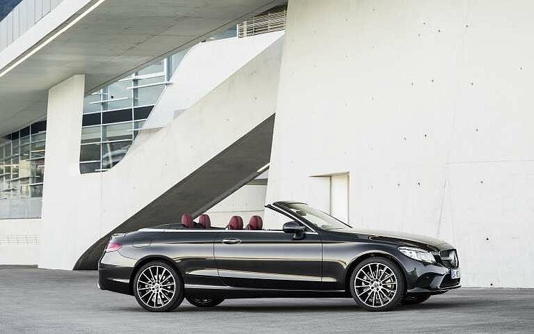 Seitenansicht des Mercedes-Benz C-Klasse Cabriolet in graphitgrau
